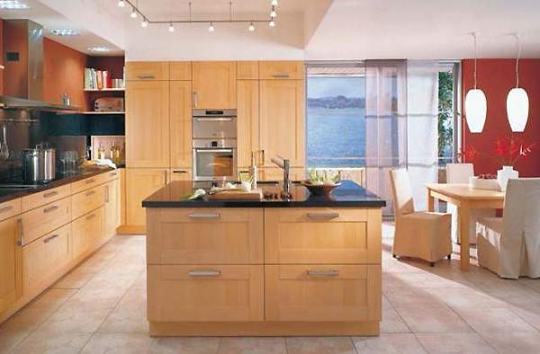 Светлая кухня в частном доме