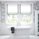 Белые римские шторы в ванной комнате