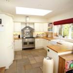 Фото 116: Кухня с красной шторой