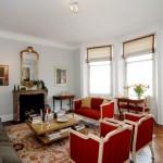 Гостиная с красными стульями