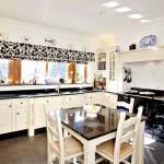 Фото 174: Темный квадратный стол на кухне