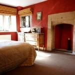 Римские шторы фото с красными стенами