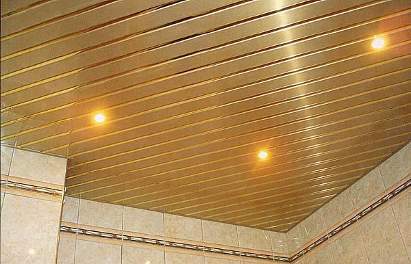 реечный потолок в ванной с подсветкой