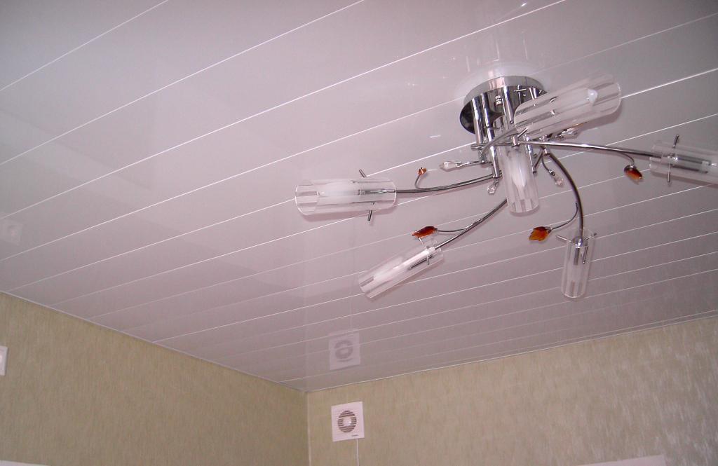 реечный потолок с лампой