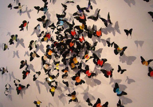 рой бабочек на стене