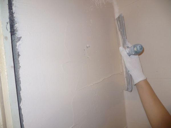 Как выровнять стены под обои своими руками