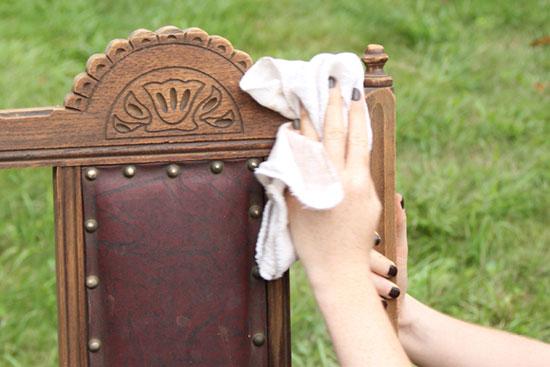 После ошкуривания не забудьте тщательно удалить со стула пыль