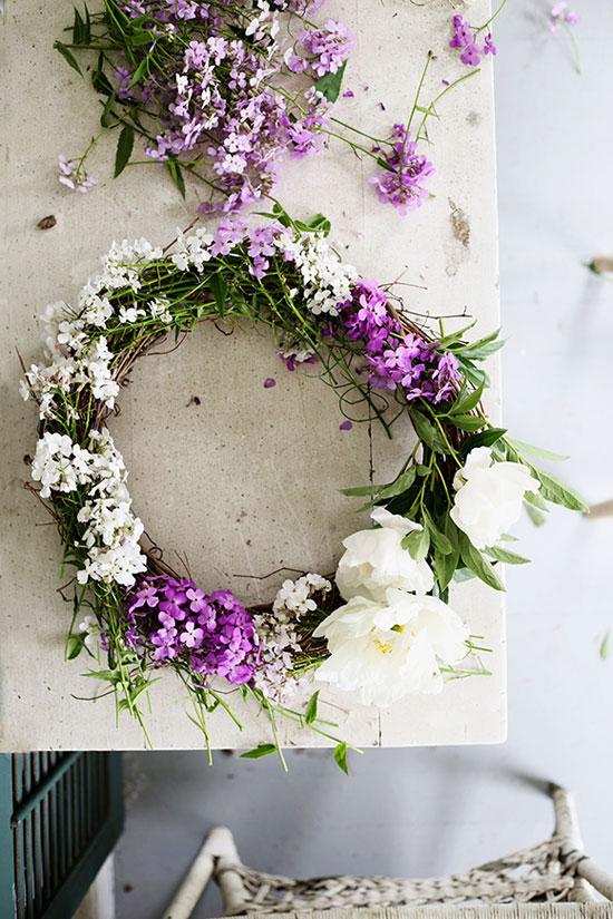 Можно использовать цветы для создания поделок своими руками для дачи