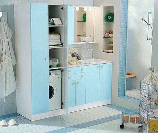 В маленькой ванной комнате стиральную машину можно спрятать в шкаф