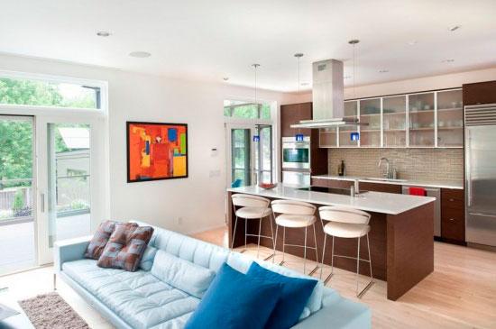 Зонировать кухню-гостиную можно при помощи цвета мебели