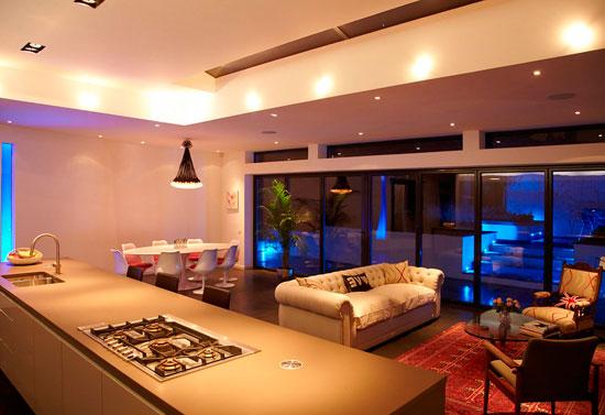 Разноуровневый потолок позволяет хорошо зонировать помещение