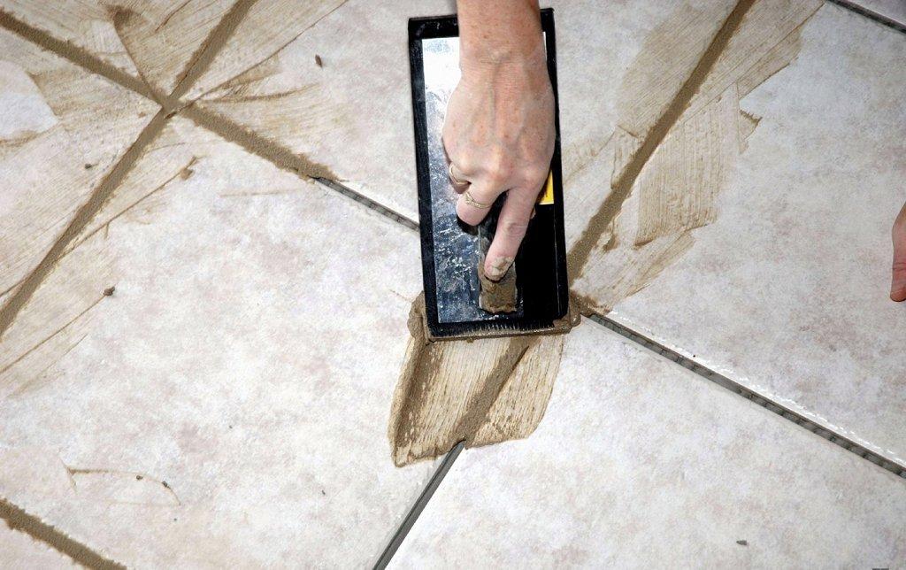 Нанесение цементной затирки