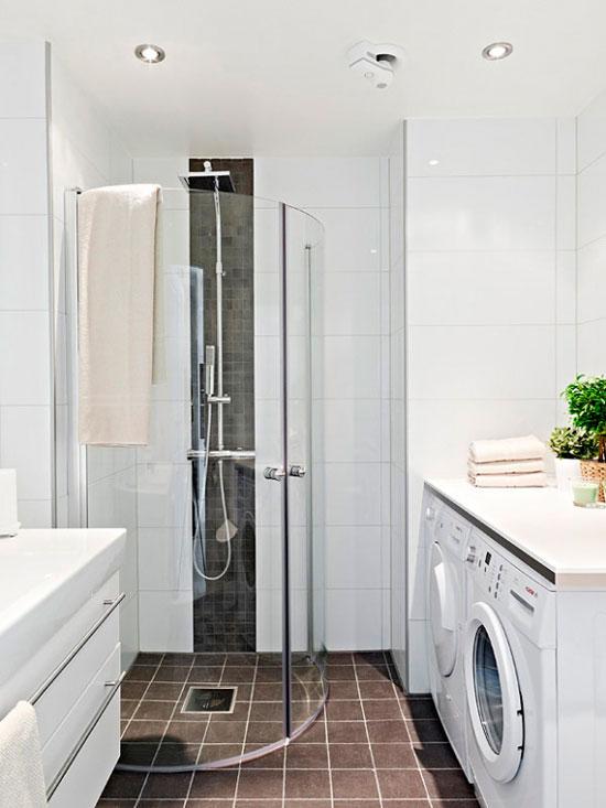 Улучшить дизайн ванной комнаты маленького размера могут прозрачные стенки душа