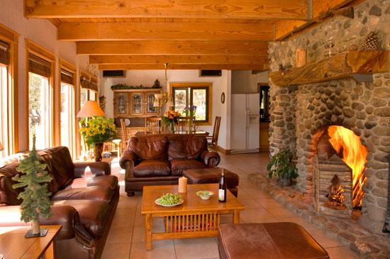 Кухня-гостиная в больших домах лишь подчеркивает их роскошь