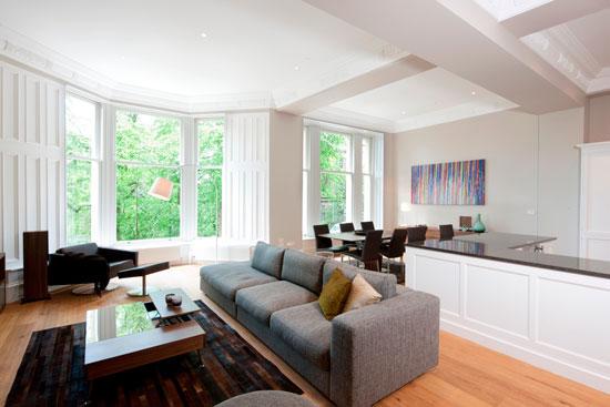 Благодаря объединению двух зон образуется одна более светлая комната