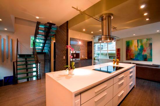Не забудьте позаботиться о кухонной вытяжке, тогда и запахи вас не будут беспокоить