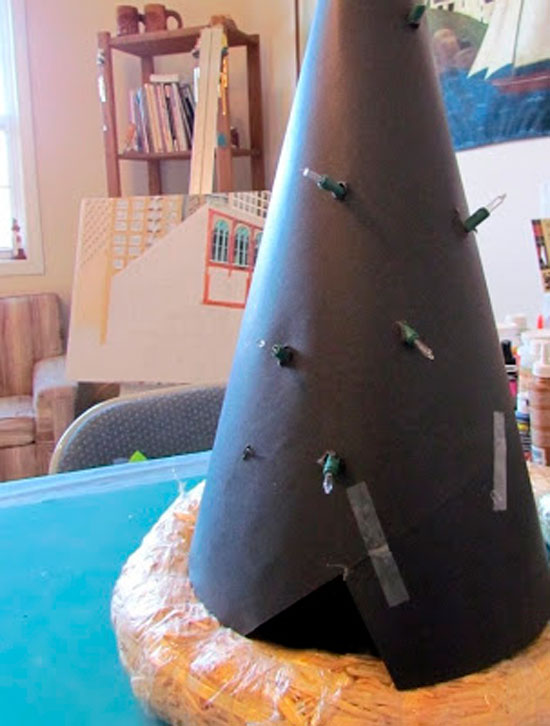 Для елки из шишек можно изготовить каркас из картона