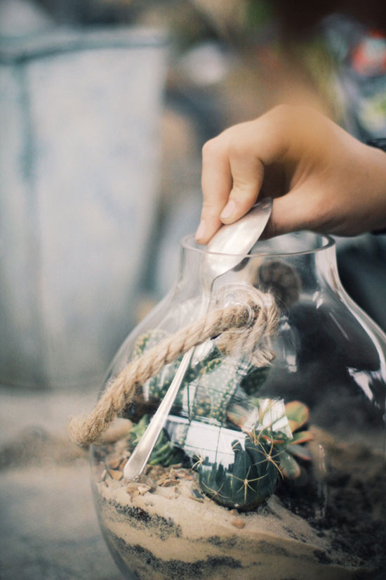 Наполнение горшка для цветов из пластиковой банки