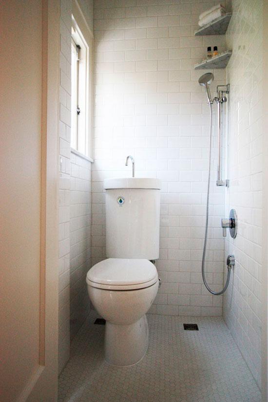 Если места совсем немного, лучше отказаться и от душевой кабины в ванной комнате