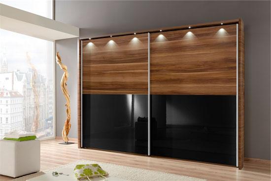 Раздвижные двери для гардеробной в виде комбинации дерева со стеклом