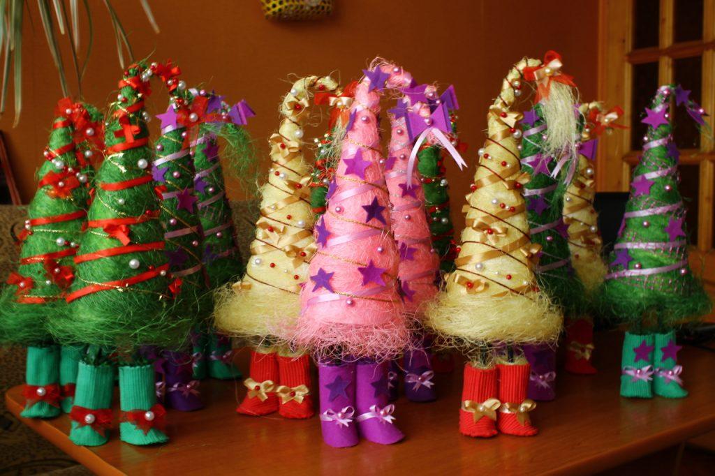 Новогодние топиарии в виде елочек на ножках