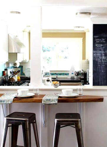 Барная стойка для кухни  с тарелками и чашками
