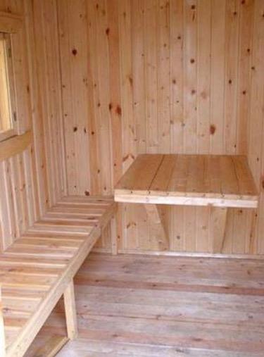 Интерьер простой деревянной бани