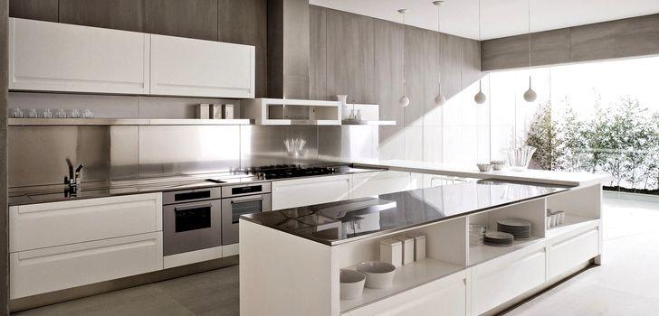Белая кухня в стиле хай-тек с большим окном