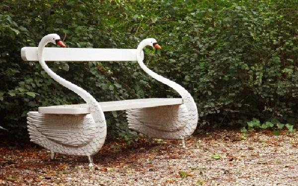 Декоративные стойки лавочки в виде лебедей изготовлены самостоятельно