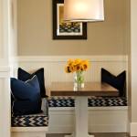 Фото 16: Синие подушки на встроенной кухне