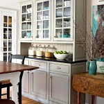 Фото 2: Светлая встроенная кухня