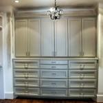 Фото 23: Серая встроенная кухня