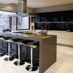 Много барных стульев на кухне