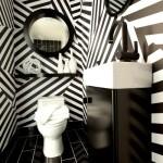 Необычные черно-белые обои для туалета