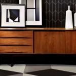 Черные обои с деревянной мебелью