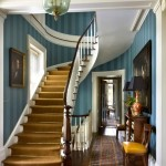 Голубые обои вокруг лестницы