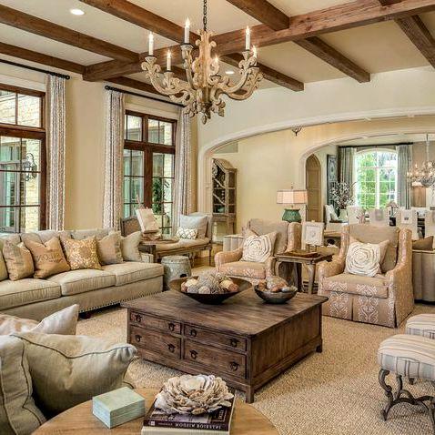 Длинный диван в гостиной с мягкой мебелью