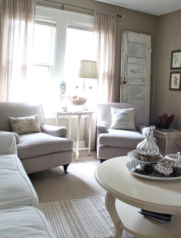 Красивый светлый интерьер с мягкой мебелью