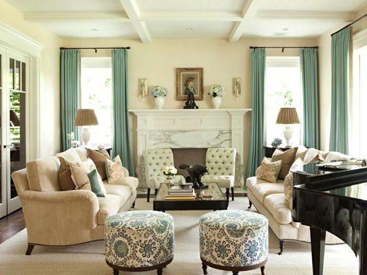 Мягкая мебель в гостиной с пуфиками