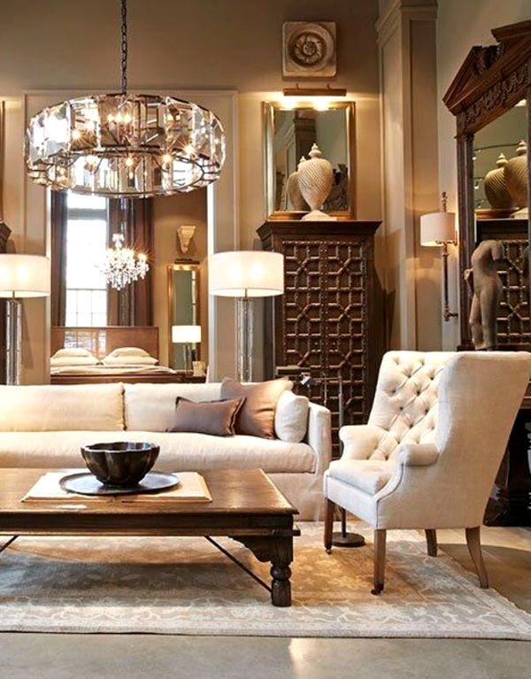 Мягкая мебель в гостиной с низким столом