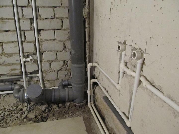 Варианты разводки от углового стояка обеспечивают экономию места в небольшой комнате