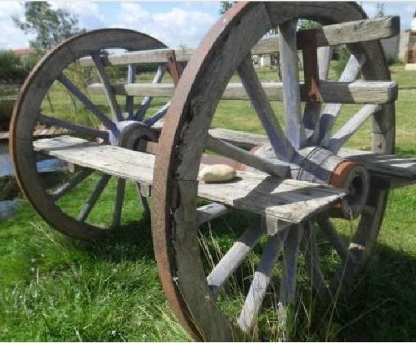 Вставленные в пару колес доски превращают подручные материалы в полноценную лавку