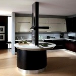 Черная роскошная кухня с островной мебелью
