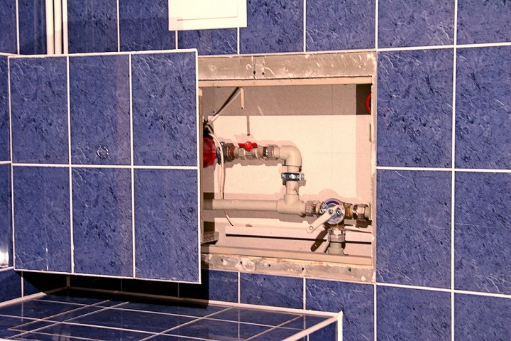Сдвижной люк является лучшим решением при скрытной разводке, легко декорируется кафелем