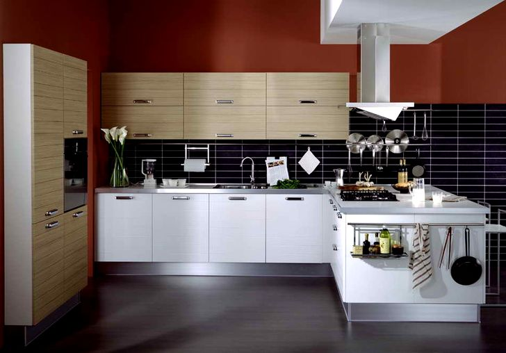Современная кухня белого цвета с темным полом