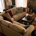 Бежевый диван на ковре