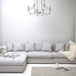 Серый диван под люстрой