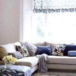Угловой диван с синими подушками