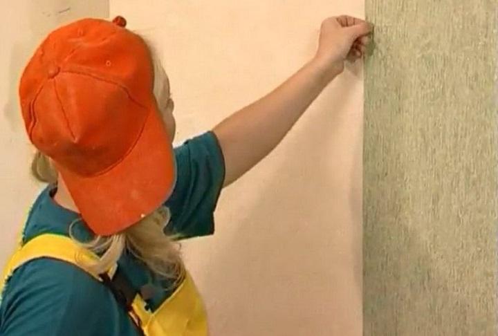 Разметка стены начинается с нанесения вертикальной линии по отвесу или уровню