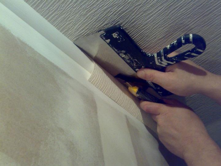 Подрезка у плинтусов, потолочных галтелей с помощью шпателя не вызывает трудностей у домашнего мастера